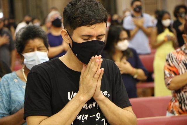 Fiéis que visitam Basílica Santuário de Nazaré cumprem medidas de prevenção à COVID-19